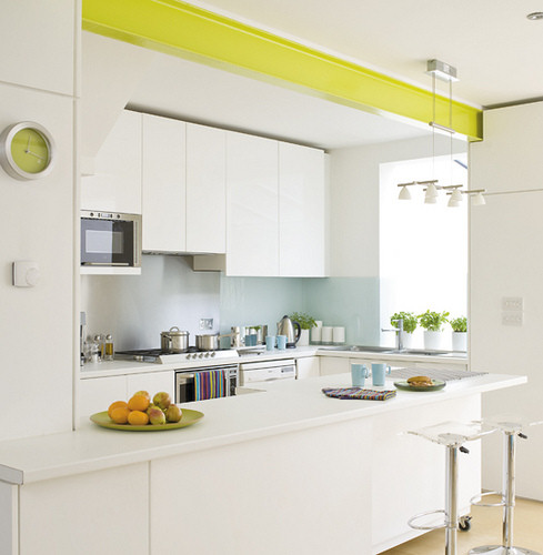 Cocina en blanco con detalles en color