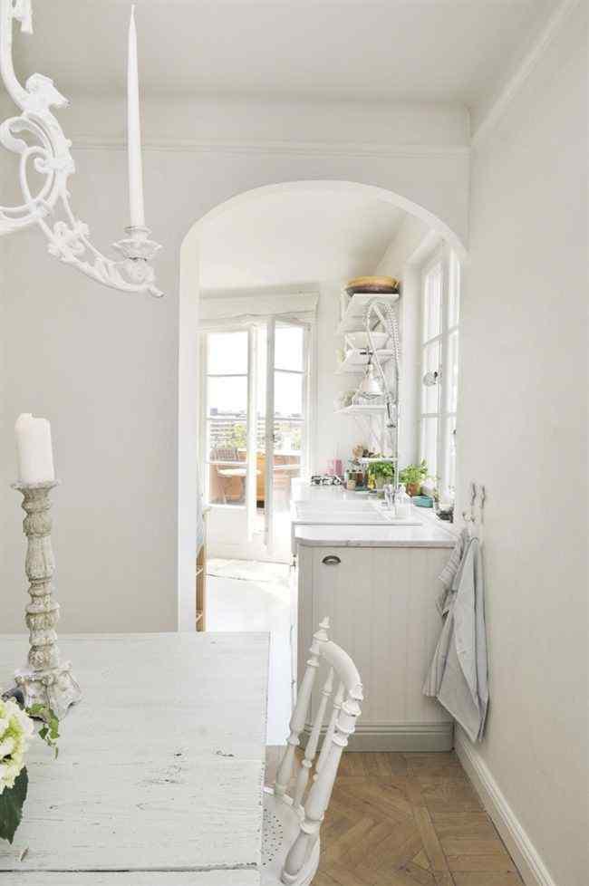 Vista desde el comedor de la cocina. Al mantener el blanco como color principal se da continuidad entre los diferentes ambientes y en la decoración