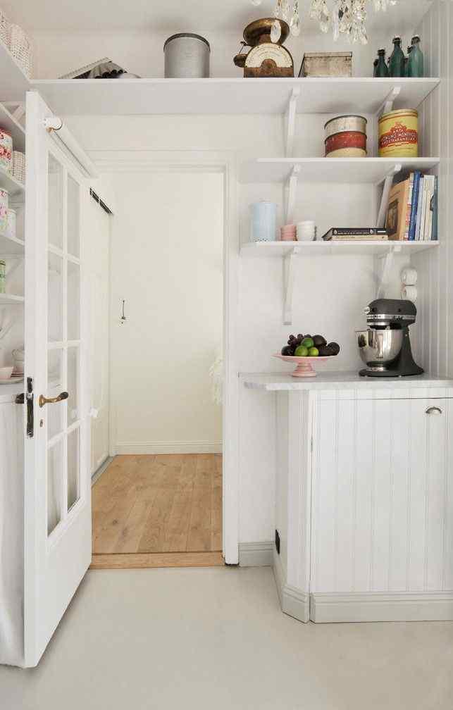 Algunas de las paredes de la cocina fueron revestidas en madera en el mismo estilo rústico que el de los muebles de cocina