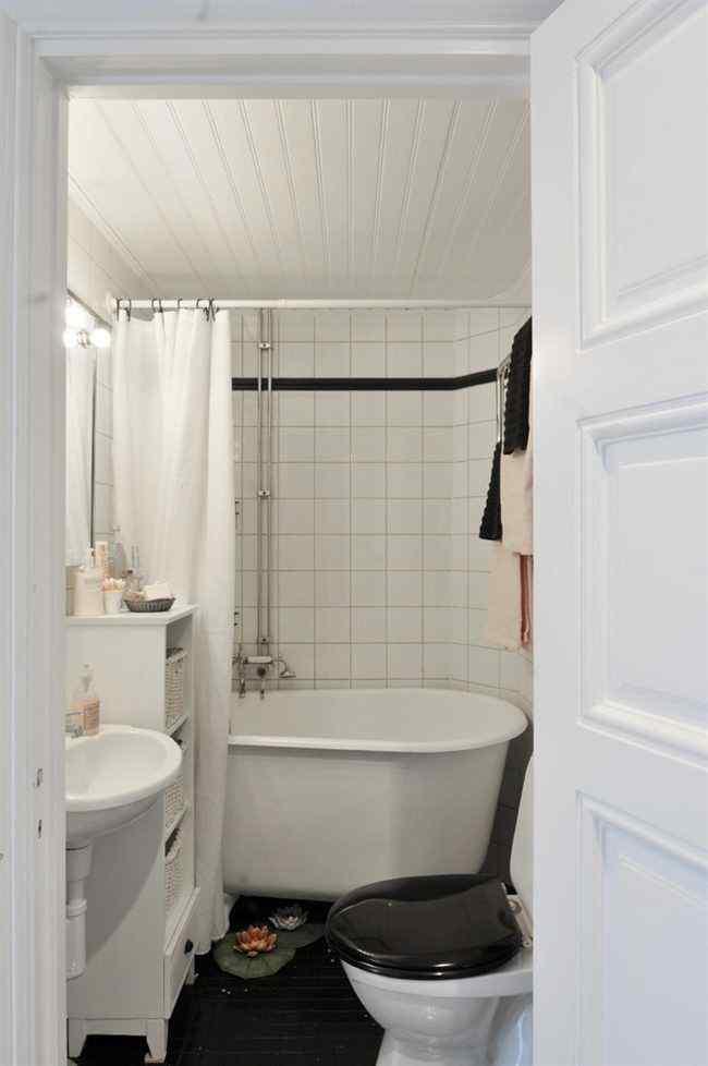 El único baño del departamento en blanco y negro con detalles que aportan un toque rústico y cálido a la decoración
