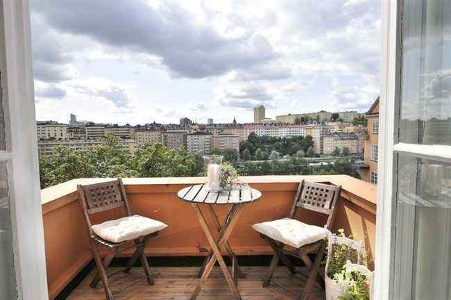Balcón-terraza pequeño que extiende el área funcional de la cocina