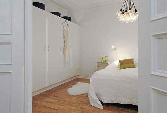 Departamento moderno en blanco con detalles en colores 12