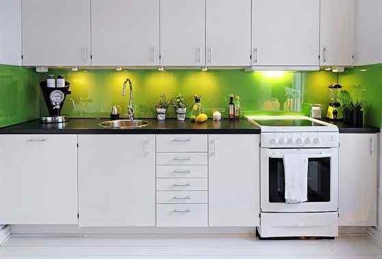 Cocina moderna con alzada en verde brillante