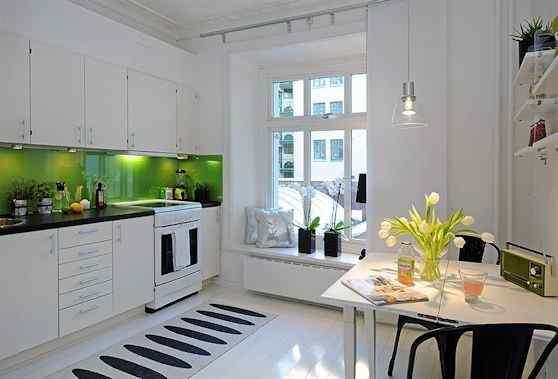 Cocina y comedor diario de diseño moderno en blanco