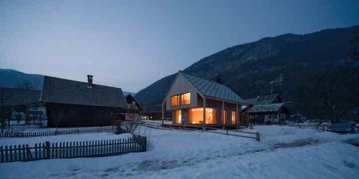 Diseño interior y exterior moderno contemporáneo en una cabaña alpina