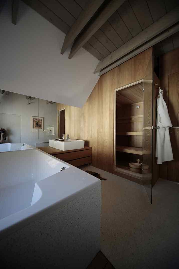 Diseño interior y exterior moderno contemporáneo en una cabaña alpina 10