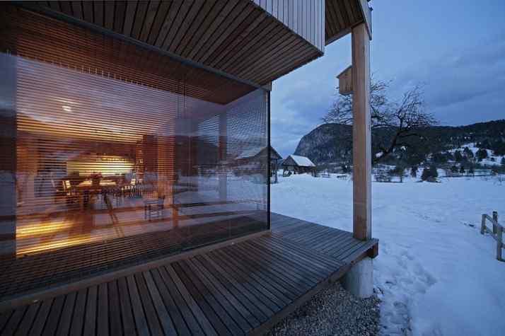 Diseño interior y exterior moderno contemporáneo en una cabaña alpina 2