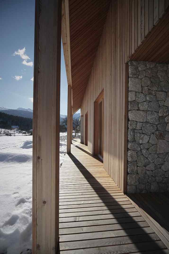 Diseño interior y exterior moderno contemporáneo en una cabaña alpina 3