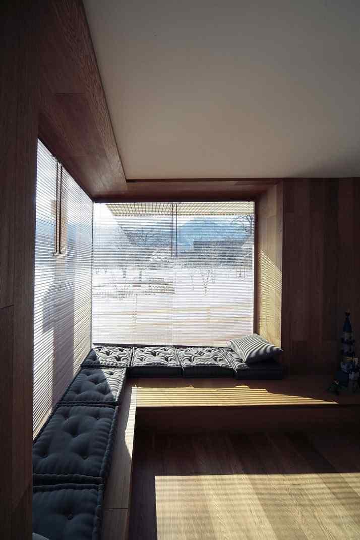 Diseño interior y exterior moderno contemporáneo en una cabaña alpina 5