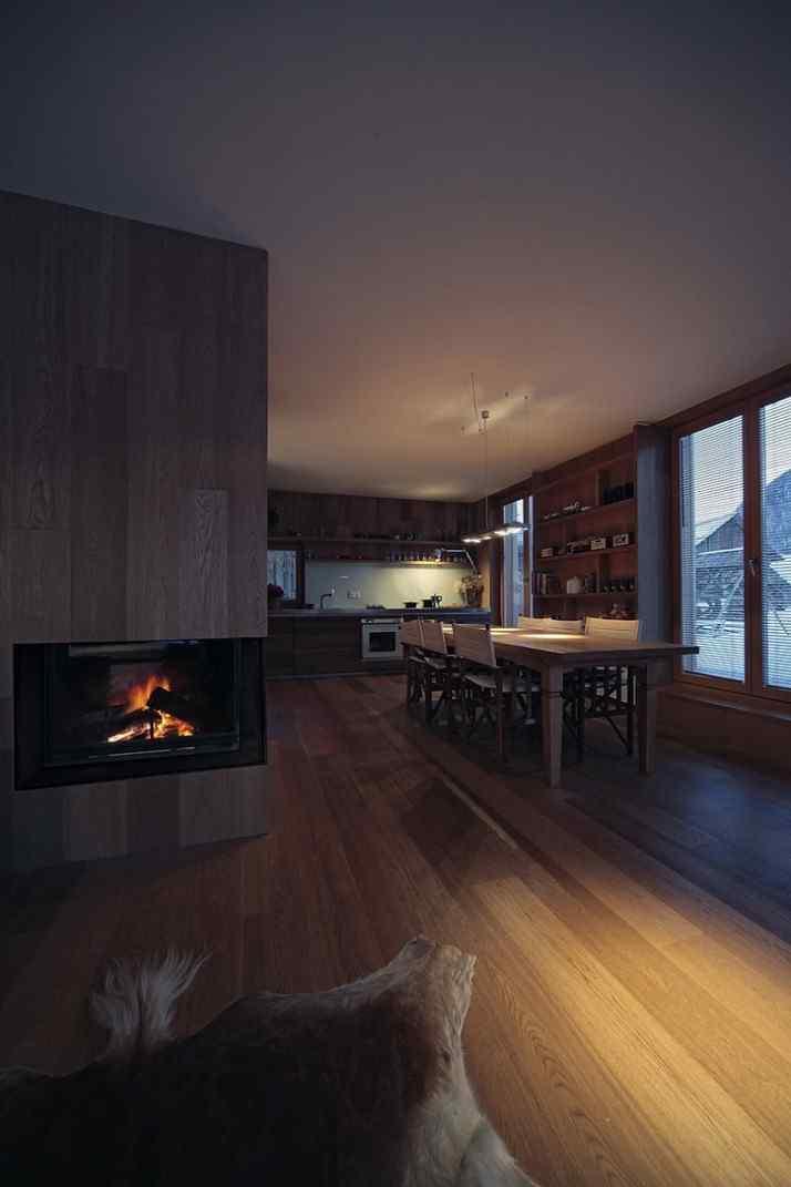 Diseño interior y exterior moderno contemporáneo en una cabaña alpina 6
