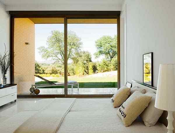 Casa con interiores modernos contemporáneos: dormitorio principal casi minimalista