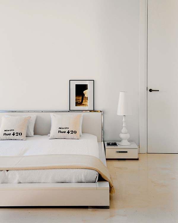 Dormitorio principal con una paleta de color muy clara, neutral y de estilo contemporáneo