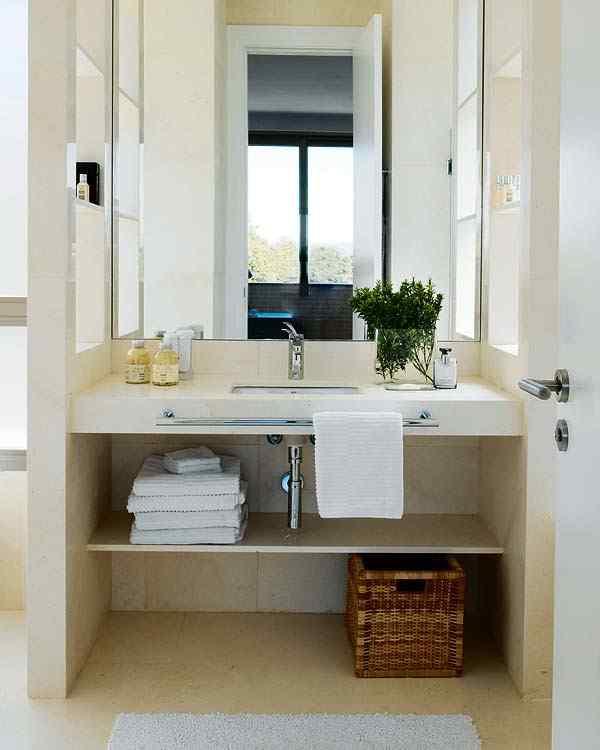 El baño repite el estilo contemporáneo del resto de la casa