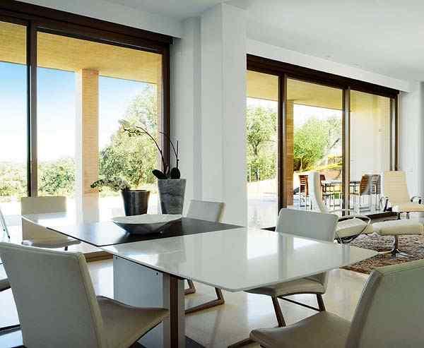 Casa con interiores modernos contemporáneos: comedor