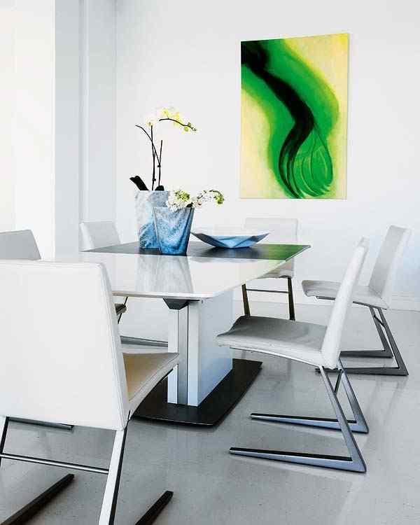Casa con interiores modernos contemporáneos: comedor con sillas de diseño contemporáneo