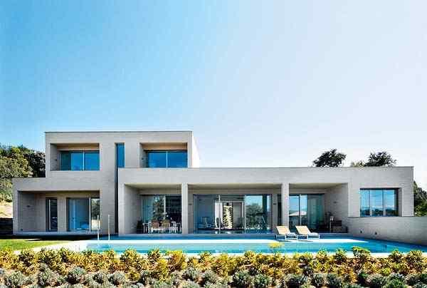 Exterior de la casa en estilo contemporáneo de líneas rectas