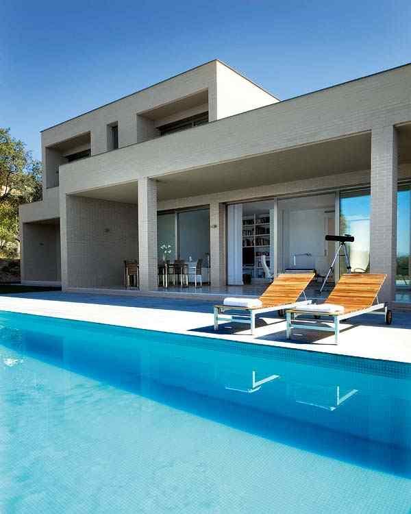 La piscina rectangular se incorpora al diseño exterior de forma natural