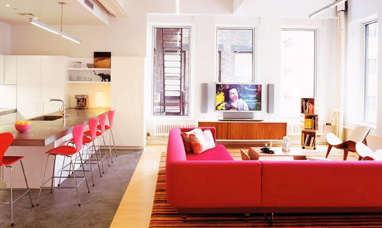 Loft con decoración en tonos rosa