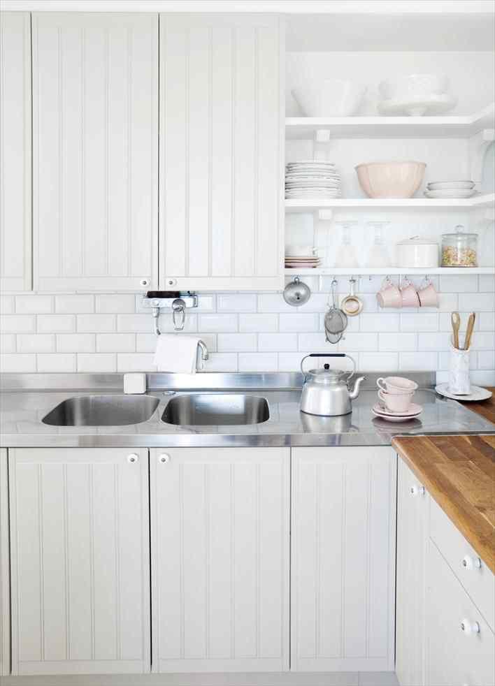 Una casa pequeña de estilo nórdico rústico en blanco puro 2