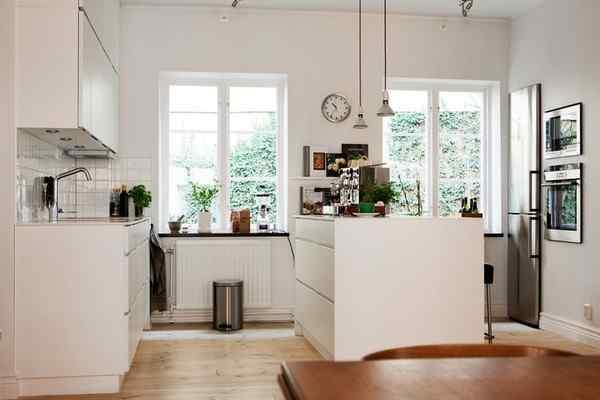Puro blanco y mucha madera en la decoración de un departamento de 2 ambientes 5