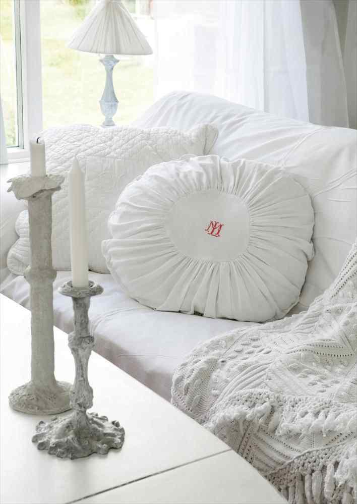 Una casa pequeña de estilo nórdico rústico en blanco puro 4