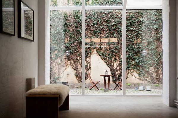 Puro blanco y mucha madera en la decoración de un departamento de 2 ambientes 7