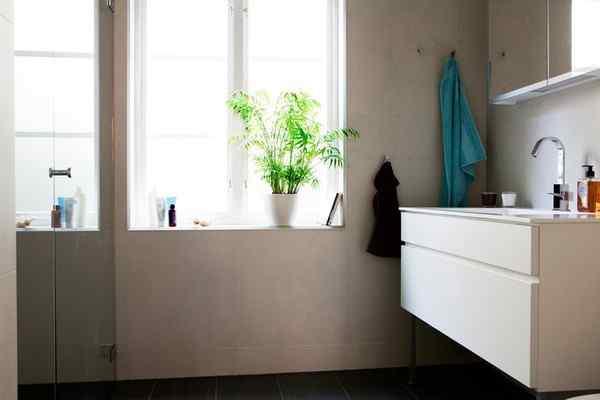 Puro blanco y mucha madera en la decoración de un departamento de 2 ambientes 9