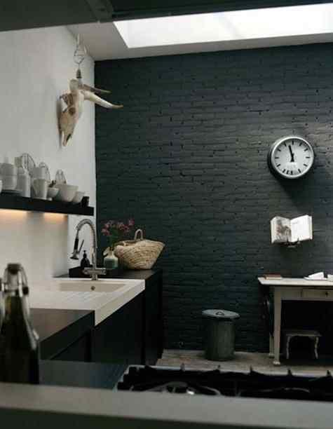 Cocina loft paredes de ladrillo pintadas de gris oscuro