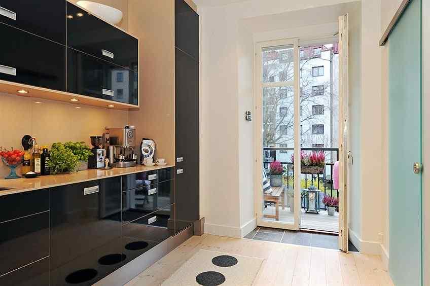 Muebles de cocina en negro brillante dan un look moderno a la cocina