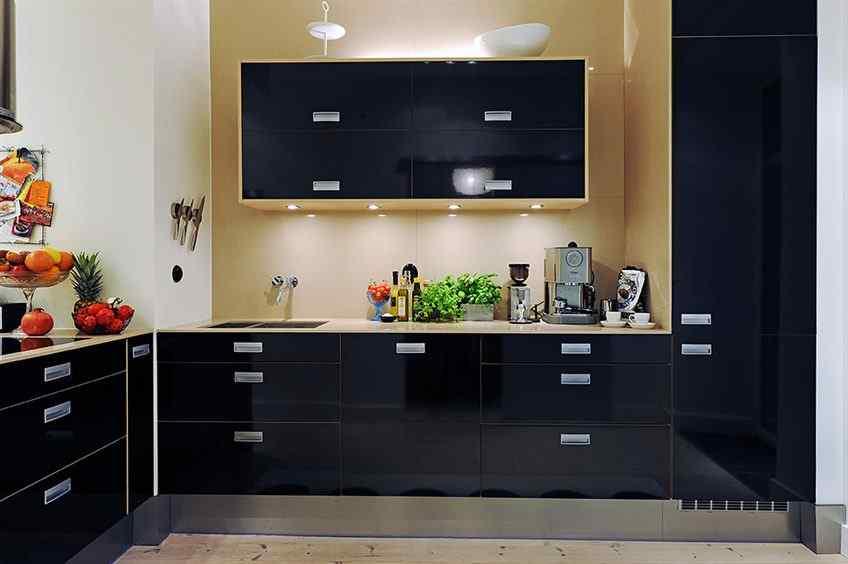 Además de la luz natural que recibe de la ventana, en la cocina se han instalado luces en la alacena para facilitar las tareas