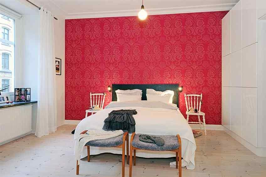 La combinación de colores genera contraste y da al dormitorio un aspecto más actual