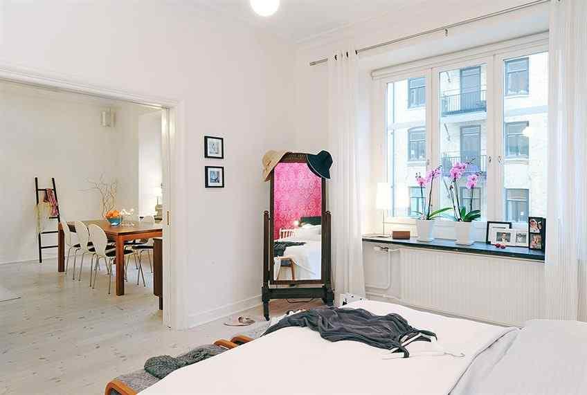 Al abrir completamente la puerta de dos hojas que comunica el living con el dormitorio da la sensación de que se trata de un sólo ambiente