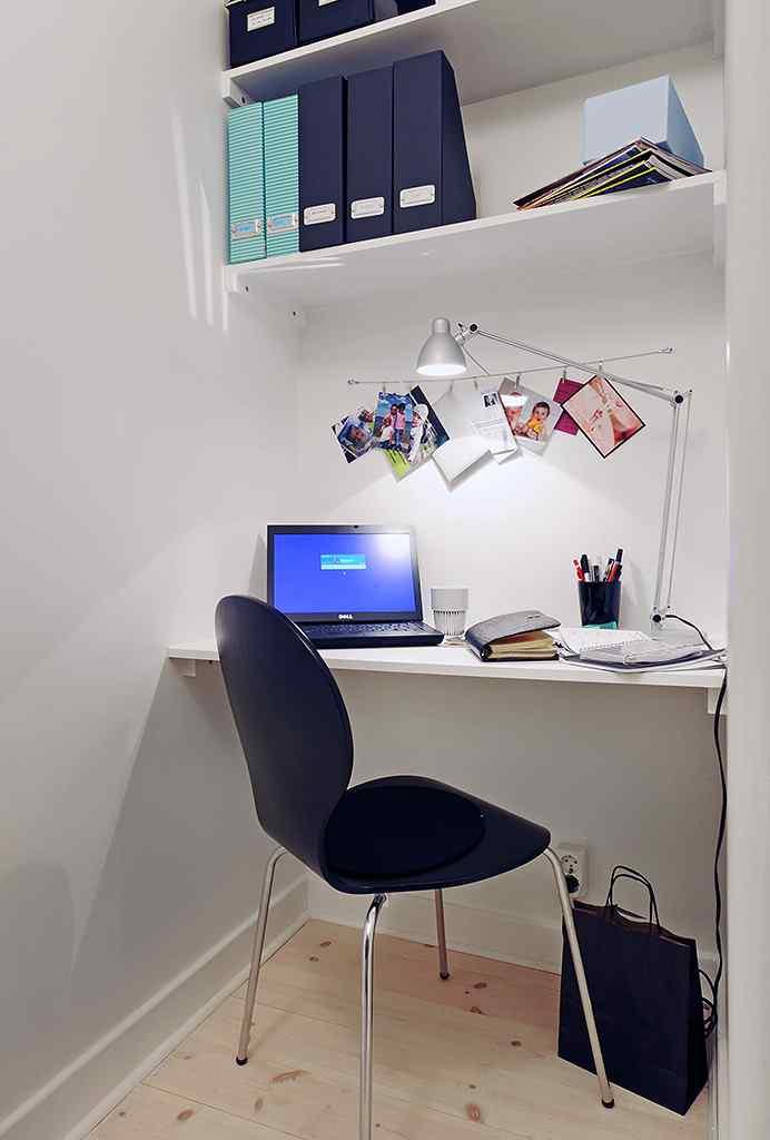 Un escritorio super sencillo forma un rincón de trabajo aprovechando un área de paso
