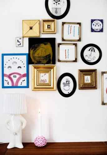 Casa escandinava decorada con cuadros