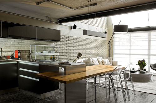 Comedor y cocina estilo industrial en un loft