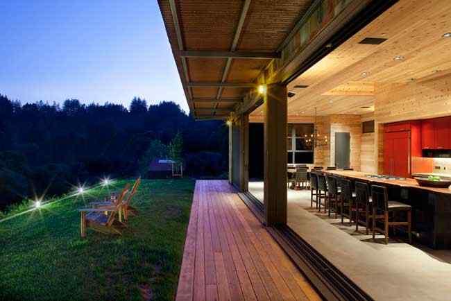 Los interiores de la casa se integran al exterior mediante grandes puertas correderas que se abren totalmente