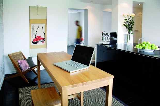 Departamento de 60 m² con pisos de madera negros