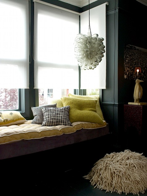 Departamento con paredes grises y objetos en colores vibrantes