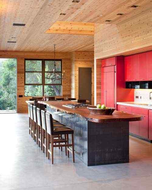 Los muebles de cocina rojo brillante destacan en la ambientación y aportan color
