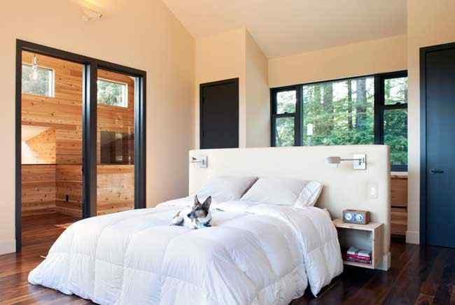 El diseño del dormitorio principal es de un estilo más moderno