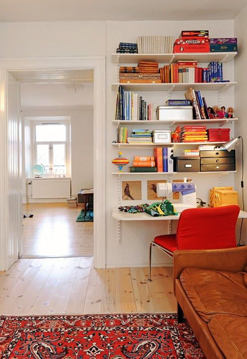 Home office con escritorio y biblioteca