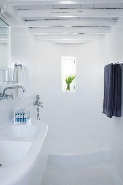 casa en blanco absoluto y detalles rústicos Grecia, baño en blanco