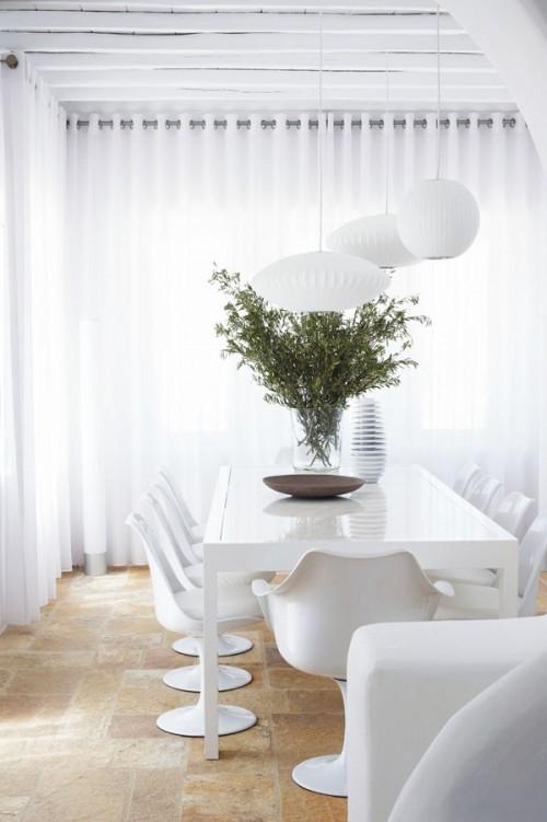 casa en blanco absoluto y detalles rústicos Grecia, comedor sillas saarinen