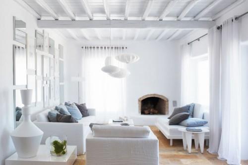 casa en blanco absoluto y detalles rústicos Grecia, living