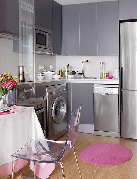 Pequeña cocina gris en monoambiente con decoración femenina