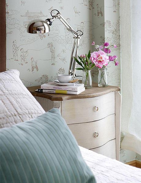 Mesa de luz de estilo en monoambiente con decoración femenina