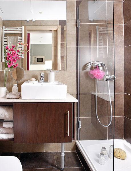 Baño en monoambiente con decoración femenina