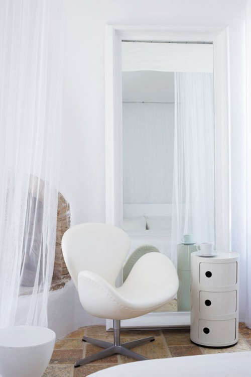 casa en blanco absoluto y detalles rústicos Grecia, sillón swan