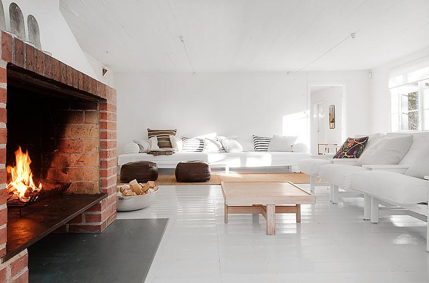 Casa de veraneo con interiores blancos minimalistas for Casa minimalista uy