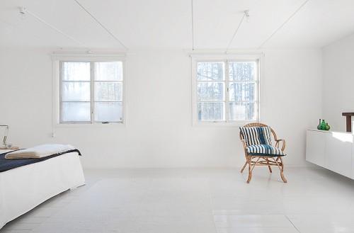 Habitación blanca en cabaña minimalista